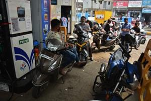 Petrol price was hiked by 28 paise per litre and diesel by 29 paise, the fifth straight day of increase in rates due to firming international oil prices.(HT Photo/ Praful Gangurde)