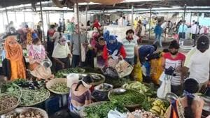 While cereal prices may continue to soften with the bumper kharif harvest arrivals and vegetable prices may ease with the winter crop. according to RBI.(HT File Photo)