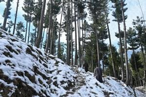 A snow-covered stretch at Pahalgam, 90km from Srinagar, on Monday. The night temperatures started dipping in Jammu and Kashmir on Monday after the weather opened up following the snowfall over the weekend.(AFP Photo)