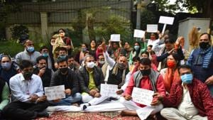 Mayors of the three municipal corporations of Delhi protesting outside Kejriwal's residence, demanding the release of funds the government allegedly owes them.(Sanchit Khanna/HT PHOTO)