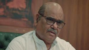 Satish Kaushik as Manu Mundra in Scam 1992: The Harshad Mehta Story.