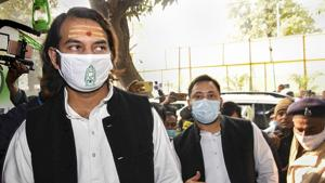 Rashtriya Janata Dal (RJD) leader Tejashwi Yadav with party MLA and his elder brother Tej Pratap Yadav arrives at party office to attend a review meeting on Bihar Assembly elections.(PTI file photo)