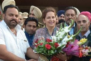 Dr Navjot Kaur Sidhu  welcomed by her supporters after arrival in Amritsar on Thursday.
