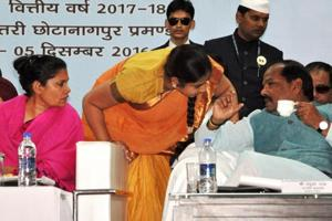 Chief minister Raghubar Das (right) talks with Ramgarh's deputy commissioner Rajeshwari B (second from left) during a pre-budget discussion in Dhanbad on Monday.