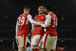 Mesut Ozil guides Arsenal top, Stefano Okaka sinks Everton
