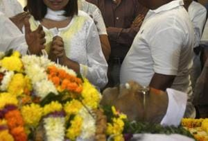 People pay tributes to former city mayor Ramesh Prabhoo who passed away on Sunday.