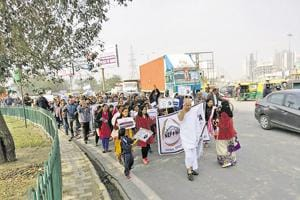 More than 100 members of the Noida Extension Flat Owners' Association gathered at Kisan Chowk with placards and posters against the UP government and builders who are delaying projects.