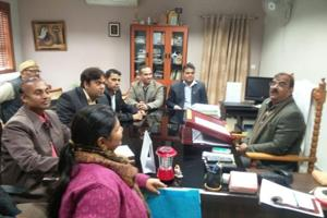 A delegation of the Noida extension flat owners' welfare association met district magistrate NP Singh on Friday to demand a solution to the issue of delay in delivery of flats in several projects across Greater Noida.