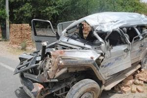 Eight picnickers dead, seven injured in Bengal road accident