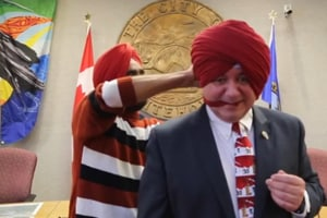 Social media loves this Canadian mayor who learns how to tie a turban,...