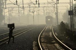 Thin layer of fog envelops Delhi: 27 trains delayed, flight ops...