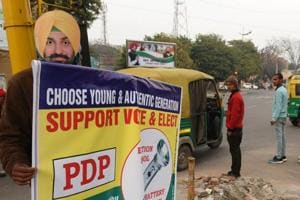 Daily wagers double up as hoardings in SAS Nagar