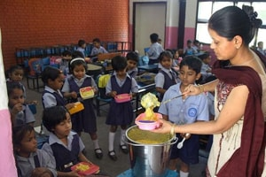 Poll khol: Mid-day meal cooks on poll duty and speech over slogan