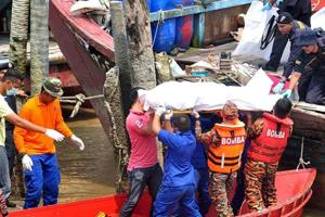 Malaysia boat capsize: Death toll rises to 12, 25 still missing