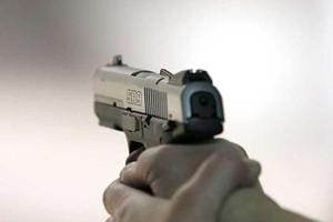 Constable shot at by duo fleeing on bike in Noida