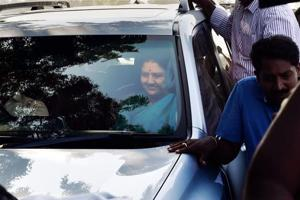 AIADMK general secretary VK Sasikala arrives at the resort in Koovathur to meet MLAs camping there over the last four days, on Saturday.
