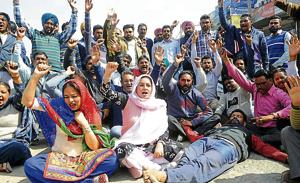 Punjabi University crisis: Salary paid, but non­teaching staff decline to end protest