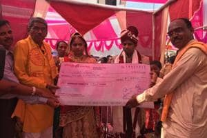 Mass wedding goes cashless, Gujarat couples get cheques as gifts