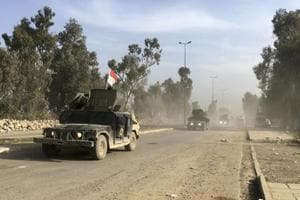 Iraqi army controls main roads out of Mosul, trapping Islamic State