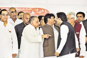 Samajwadi Party cadres blame father-son feud for party's drubbing in polls