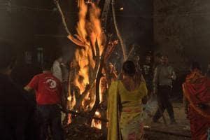 Mumbai lights Holi fires to keep evil at bay, can't keep pollution away