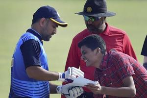 Fan goes crazy and MS Dhoni did this to remain a darling of his followers