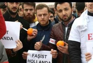 Supporters of Turkey President Recep Tayyip Erdogan were seen this weekend wielding knives and stabbing and squeezing out fresh oranges at a demonstration against the Netherlands.