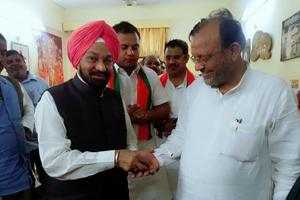 Former UPminister Balwant Singh Ramoowalia handing over the keys of the house to BJP minister Suresh Khanna in Lucknow.