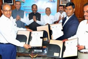 Chief Minister Raghubar Das along with Union Minister of state for Civil Aviation-Jayant Sinha and others witnesses an MOU for the expansion project of Deoghar airport in Ranchi on Saturday