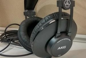 The K52 are extremely lightweight – just 200 grams – and this makes even extended listening sessions a breeze. The comfort levels are superlative, with the self-adjusting headband and the plush earpads ensuring that the K52 sits very easily on your ears, and the level of isolation was more than adequate.