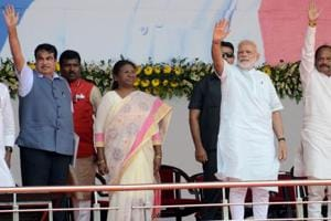 Prime Minister Narendra Modi along with chief minister Raghubar Das and others waving the gathering during the foundation stone laying of six ambitious project including four lane Rs 2266 crore bridge on the Gange river in Sahebganj