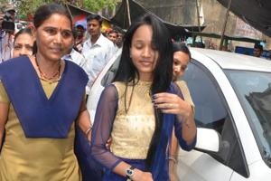 Dhanbad,Jharkhand,INDIA, April 20; Sudipti Kumari the bride of Ritesh also with police after court marriage on Thursday evening in Dhanbad. April 20, 2017 -(Photo-Bijay-Hindustan Times)Story/Pankaj Kumar