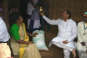 Jharkhand CM turns 'delivery boy' for Food Post scheme