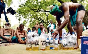 Delhi Police stop farmers from drinking urine, protesters to meet...