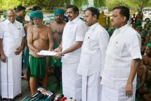 Tamil Nadu chief minister Edappadi Palaniswami receiving a memorandum from the state farmers who have been protesting for the last 40 days over their plight, at Jantar Mantar in New Delhi on Sunday.