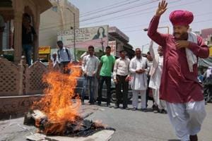 Sukhma attack: People demand Rajnath's suspension, burn effigy