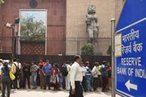 People waiting outside Reserve Bank of India in New Delhi to submit their demonetized banknotes.