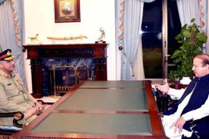 File photo of Pakistan Prime Minister Nawaz Sharif (right) with army chief Gen Qamar Javed Bajwa at the Prime Minister