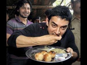 Bollywood star Aamir relishing litti-choka during his Patna visit in 2012