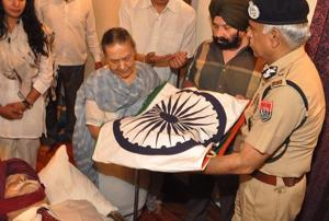 Punjab DGP Suresh Arora, adviser to CM Amarinder Singh, Bharat Inder Singh Chahal, with KPS Gill's widow at the former top cop's funeral in New Delhi on Sunday.