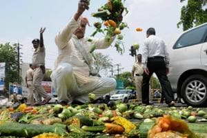 Farmers throwing vegetables on a road during a protest as part of the Maharashtra bandh, Nagpur, Maharashtra, June 5, 2017