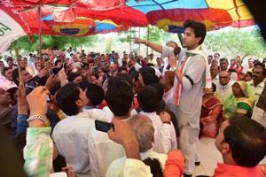 Jyotiraditya Scindia speaking to farmers at Dewas.