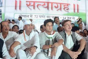 Congress leader and MP Jyotiraditya Scindia along with Rajya Sabha MP Vivek Tankha and congress state president Arun Yadav during the 72-hour Satyagraha to protest against the killing of farmers in Mandsaur police firing, in Bhopal, Madhya Pradesh on Wednesday.