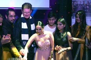 Vishwajeet Pradhan, Ted Baillieu, Sonalika Pradhan, Ojashvi Pradhan and Dhruvika Pradhan with a model