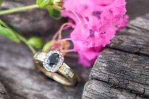 The dark hues of the Blue Sapphire make the engagement ring more appealing.