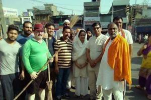 Kavita Khanna (centre) during a sanitation drive in Pathankot in the Gurdaspur Lok Sabha segment.
