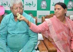 RJD chief Lalu Prasad and ex-CM Rabri Devi - no VIP trappings at the Patna airport.