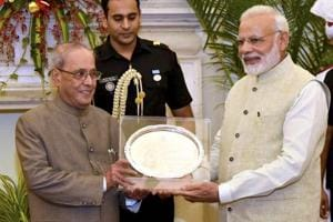 Modi hosts dinner for outgoing president Pranab Mukherjee, presents...