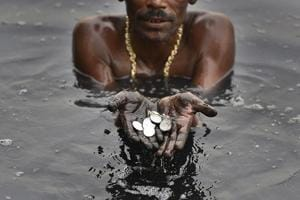 Photos: Yamuna's divers seek treasure in a ribbon of sludge