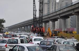 Gurgaon: Traffic in disarray on Golf Course Road after crane breaks...
